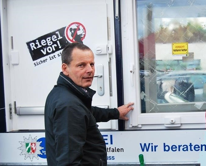 Kriminaloberkommissar Uwe Wagensonner am Präventionsanhänger  der Polizei im Rhein-Kreis Neuss