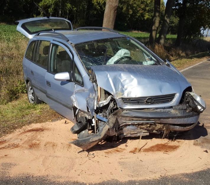 Das Foto zeigt den Unfallwagen an der Unfallstelle.