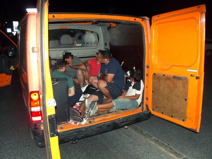 Die Rosenheimer Bundespolizei ermittelt gegen einen Pakistaner, der 14 Personen mit einem Transporter über die deutsch-österreichische Grenze gefahren hat. Einige der Migranten befanden sich auf der Ladefläche des Fahrzeugs. Der mutmaßliche Schleuser befindet sich in Untersuchungshaft. (Foto: Bundespolizei)