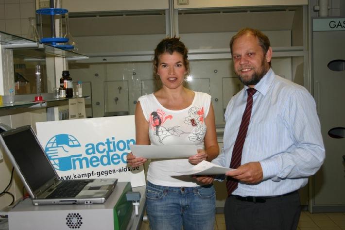 """medeor-Botschafterin Anke Engelke (links) freut sich gemeinsam mit Geschäftsführer Bernd Pastors über die neu entwickelte Technik für HIV-infizierte Kinder. Die Verwendung dieses Bildes ist für redaktionelle Zwecke honorarfrei. Abdruck bitte unter Quellenangabe: """"obs/action medeor"""""""