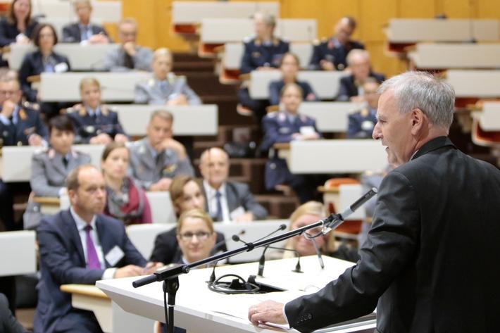 Abschluss- und Auftaktveranstaltung - die neuen Tandems werden vom Präsidenten des BiZBw, Christoph Reifferscheid begrüßt