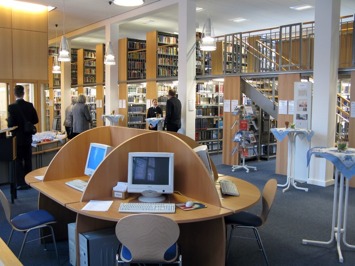 Die Bücherei der Marineschule Mürwik ist eine der modernsten in der Bundeswehr. PC-Arbeitsplätze ermöglichen einen schnellen Zugang für Recherchen. Foto: Oliver Peddinghaus, Deutsche Marine