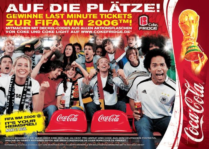 """Coca-Cola startet am 1. Mai die Aktion """"Last Minute Tickets"""" zur FIFA WM 2006™. Fußballfans können bis 4. Juli über 500 WM-Tickets auf www.cokefridge.de gewinnen. Teilnehmen kann jeder über die Codes in den Deckeln der Coca-Cola Aktionsflaschen. Wer mitmacht, erfährt sofort, ob er gewonnen hat. Die Verwendung dieses Bildes ist für redaktionelle Zwecke honorarfrei. Abdruck bitte unter Quellenangabe: """"obs/Coca-Cola GmbH"""""""