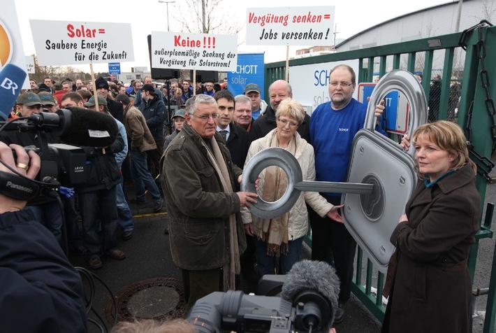 Protest bei SCHOTT Solar gegen geplante EEG-Novelle