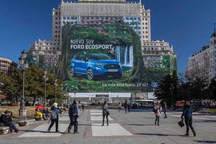 """Größtes Werbeplakat der Welt hängt in Madrid und zeigt den neuen Ford EcoSport / Ford ist offizieller Titelträger bei den GUINNESS WORLD RECORDS[TM]. Eingetragen wurde nun das größte Plakat der Welt: Es hängt ab sofort an der Frontseite des legendären Espana Building in Madrid, misst stolze 5.265 Quadratmeter - das entspricht rund 20 Tennisplätzen - und zeigt den neuen Ford EcoSport. Der Ford EcoSport ist die kleinste SUV-Baureihe von Ford in Europa. Weiterer Text über ots und www.presseportal.de/nr/6955 / Die Verwendung dieses Bildes ist für redaktionelle Zwecke honorarfrei. Veröffentlichung bitte unter Quellenangabe: """"obs/Ford-Werke GmbH"""""""