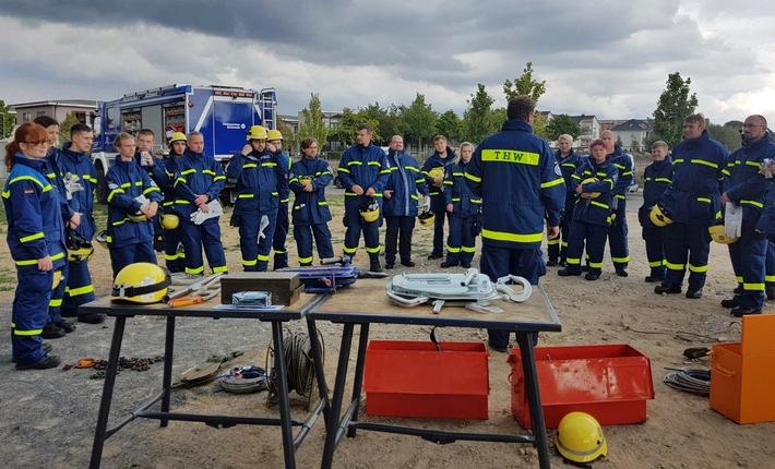 Axel Schirmacher, Ausbilder an der Regionalstelle Schwerin erläutert den neuen Helferinnen und Helfern den Greifzug