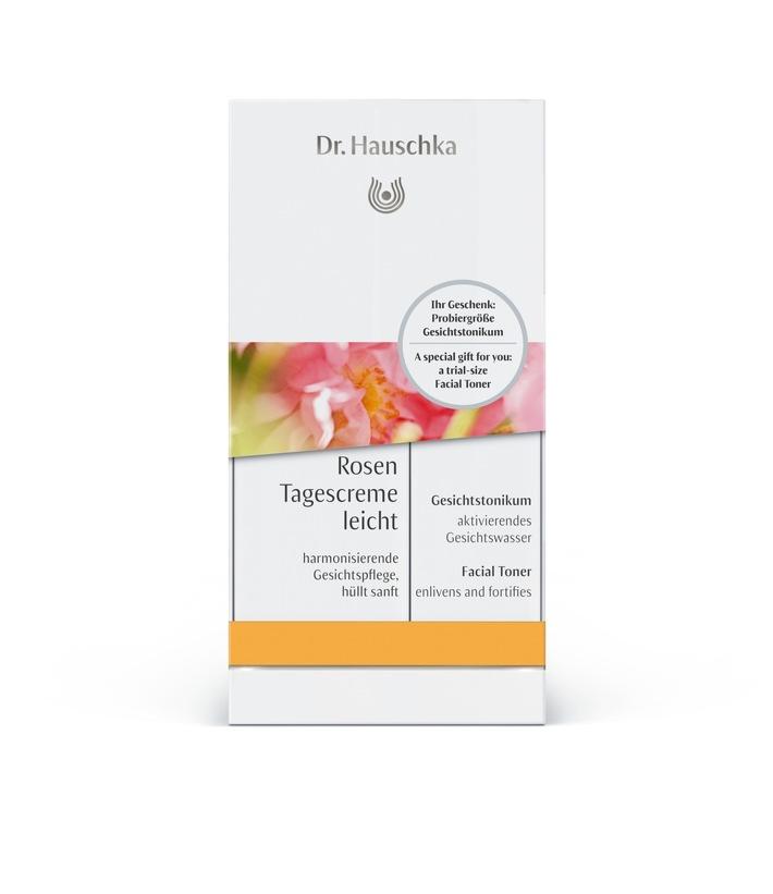 Die Dr. Hauschka Rosen Tagescreme leicht (30 ml) ist mit dem Gesichtstonikum (10 ml) als Geschenk