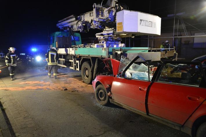Der Fahrer des Pkw erlitt durch den Aufprall tödliche Verletzungen.
