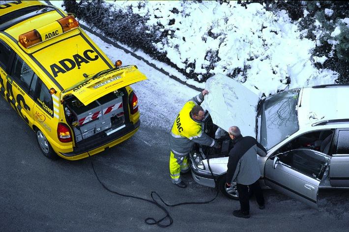 """Über 3,5 Millionen Pannenopfern brachte der ADAC 2001 in ganz Deutschland Hilfe in der Not. Die geschickten Hände der Gelben Engel waren während des Kälteeinbruchs im Dezember besonders gefragt. An den eisigen Tagen machten den Autofahrern zumeist Startprobleme, Schwierigkeiten mit der Elektrik sowie vereiste Türen und Schlösser das Leben schwer. (Foto: ADAC)Die Verwendung dieses Bildes ist für redaktionelle Zwecke honorarfrei. Abdruck bitte unter Quellenangabe: """"obs/ADAC"""""""