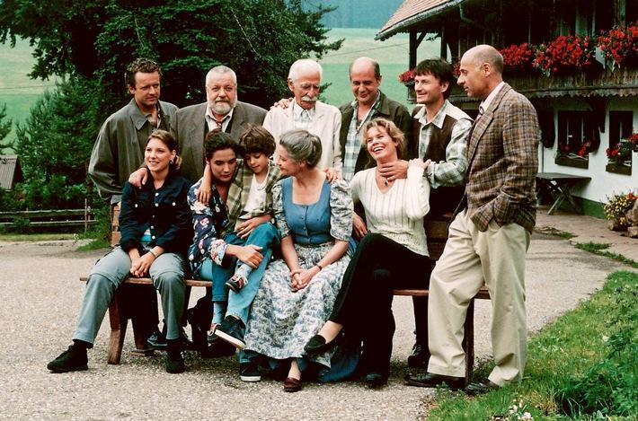 """SÜDWESTRUNDFUNK 5 Jahre Die Fallers - Eine Schwarzwaldfamilie Gruppenbild von 1999: Vorne v.li. n. re.: Eva (Tanja Schmitz), Monique (Anne von Linstow) mit Albert (Alessio Hirschkorn), Johanna (Ursula Cantieni) und Kati (Christiane Bachschmidt); Hinten v. li. n. re.: Bernhard (Karsten Dörr), Hermann (Wolfgang Hepp), Wilhelm (Lukas Ammann), Heinz (Thomas Meinhardt), Karl (Peter Schell) und Franz (Edgar M. Marcus). © SWR, honorarfrei - Verwendung gemäß der AGB im engen inhaltlichen, redaktionellen Zusammenhang mit genannter SWR-Sendung und bei Nennung """"Bild: SWR"""" (S2). SWR-Pressestelle/Fotoredaktion, Baden-Baden, Tel: 07221/929-22287, Fax: -929-22059, foto@swr.de Weiterer Text über ots und www.presseportal.de/nr/7169 / Die Verwendung dieses Bildes ist für redaktionelle Zwecke honorarfrei. Veröffentlichung bitte unter Quellenangabe: """"obs/SWR - Südwestrundfunk"""""""