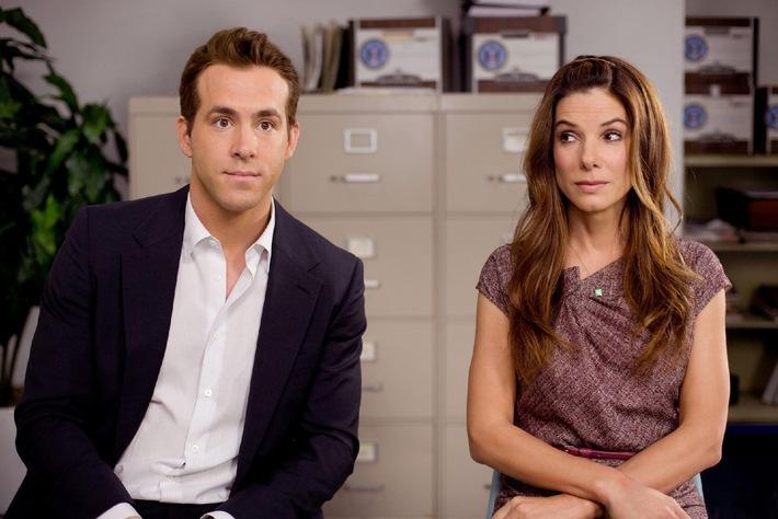 """Ausgewiesen komisch: Sandra Bullock und Ryan Reynolds in """"Selbst ist die Braut"""" in SAT.1  Wer könnte da widerstehen: OSCAR¨-Preisträgerin Sandra Bullock (""""Blind Side"""") bettelt auf Knien um die Hand des 2010 zum """"Sexiest Man Alive"""" gekürten Ryan Reynolds (""""Vielleicht, vielleicht auch nicht""""). Doch in Anne Fletchers (""""27 Dresses"""") charmanter Romantic Comedy überlegt der junge Mann zweimal, ob er seine zickige Chefin auch wirklich zum Altar führen will. Diese ist nämlich nur so handzahm, weil sie sonst aus den USA ausgewiesen wird É SAT.1 zeigt """"Selbst ist die Braut"""" am Freitag, 23. März 2012, um 20.15 Uhr zum ersten Mal im Free-TV.   Selbst ist die Braut   Foto: ©  Touchstone Pictures.  All Rights Reserved.  Dieses Bild darf bis 26. März  2012 honorarfrei fuer redaktionelle Zwecke und nur im Rahmen der Programmankuendigung verwendet werden. Spaetere Veroeffentlichungen sind nur nach Ruecksprache und ausdruecklicher Genehmigung der ProSiebenSat1 TV Deutschland GmbH moeglich. Verwendung nur mit vollstaendigem Copyrightvermerk. Das Foto darf nicht veraendert, bearbeitet und nur im Ganzen verwendet werden.  Es darf nicht archiviert werden. Es darf nicht an Dritte weitergeleitet werden.Nicht für EPG! Bei Fragen: 089/9507-1584. Voraussetzung fuer die Verwendung dieser Programmdaten ist die Zustimmung zu den Allgemeinen Geschaeftsbedingungen der Presselounges der Sender der ProSiebenSat.1 Media AG. Die Verwendung dieses Bildes ist für redaktionelle Zwecke honorarfrei. Veröffentlichung bitte unter Quellenangabe: """"obs/SAT.1"""""""