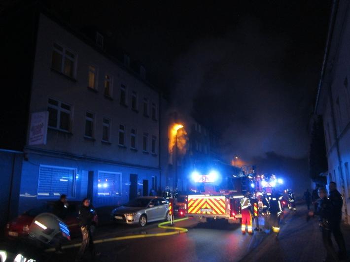 FW-GE: Feuer mit Menschenleben in Gefahr - 12 gerettete Personen bei Wohnungsbrand