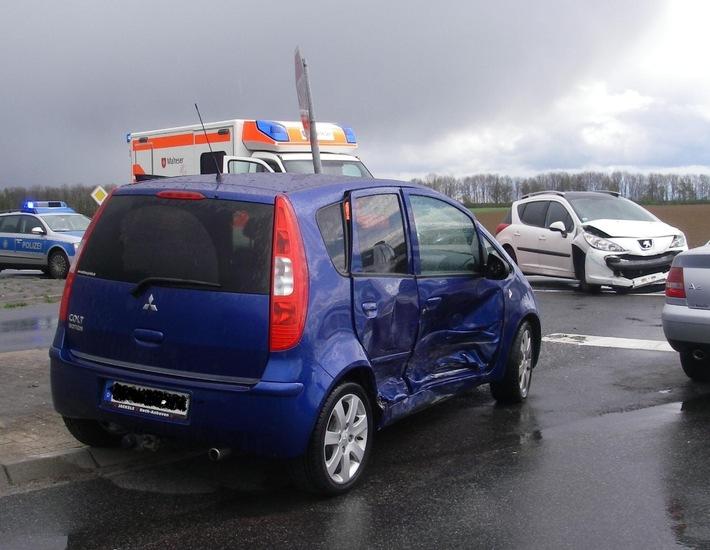 POL-DN: Vorfahrtsmissachtung - Person verletzt und hoher Sachschaden