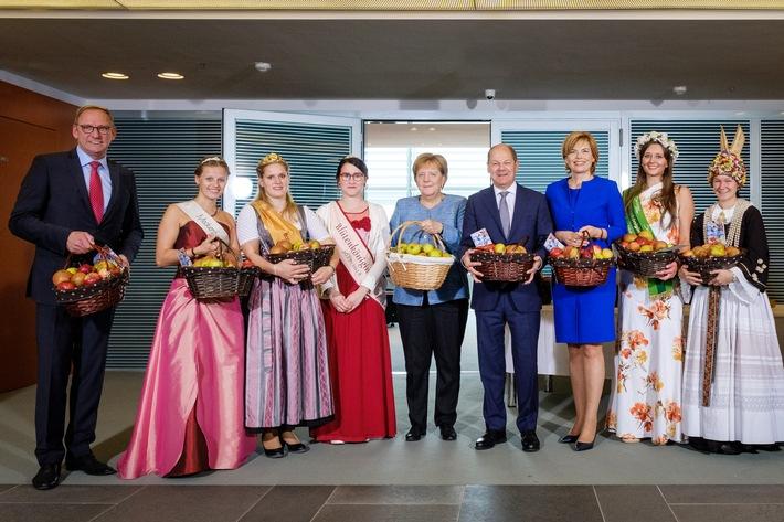 """Apfelkabinett, Copyright: BVEO / André Wagenzik, v.l.n.r.: Franz-Josef Holzenkamp (DRV-Präsident), Anna Mahnig (Blütenkönigin Meckenheim), Sabrina Heiß (Bodensee Apfelkönigin), Vanessa  Balzer (Blütenkönigin Mecklenburg-Vorpommern), Dr. Angela Merkel (Bundeskanzlerin), Olaf Scholz (Bundesminister der Finanzen), Julia Klöckner (Bundesministerin für Landwirtschaft und Ernährung), Laura Kirscher (Blütenkönigin Sächsisches Obst), Raika Stresska (Altländer Blütenkönigin). Weiterer Text über ots und www.presseportal.de/nr/122864 / Die Verwendung dieses Bildes ist für redaktionelle Zwecke honorarfrei. Veröffentlichung bitte unter Quellenangabe: """"obs/Deutschland - Mein Garten (eine Initiative der Bundesvereinigung der Erzeugerorganisationen Obst und Gemüse / BVEO)/André Wagenzik"""""""