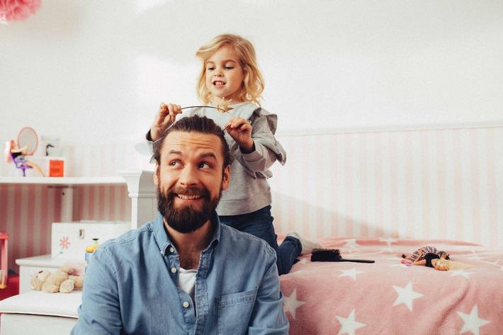 """Starke Mädchen, starke Zukunft - Papas machen ihren Töchtern Mut! Weiterer Text über ots und www.presseportal.de/nr/25598 / Die Verwendung dieses Bildes ist für redaktionelle Zwecke honorarfrei. Veröffentlichung bitte unter Quellenangabe: """"obs/Mattel GmbH"""""""