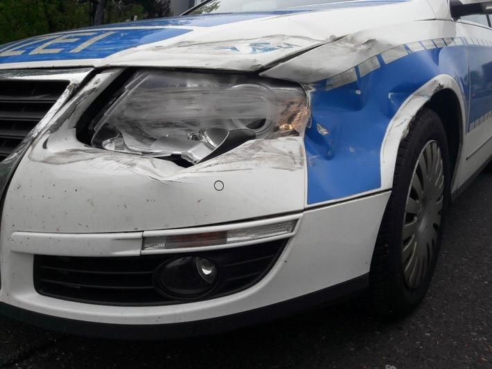 Das beschädigte Dienstfahrzeug der Bundespolizei