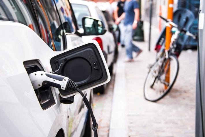 In Elektroautos und Hybridfahrzeuge kommen Lithium-Ionen-Akkus zum Einsatz  Quelle: Mario Gutiérrez/iStock/Getty Images Plus