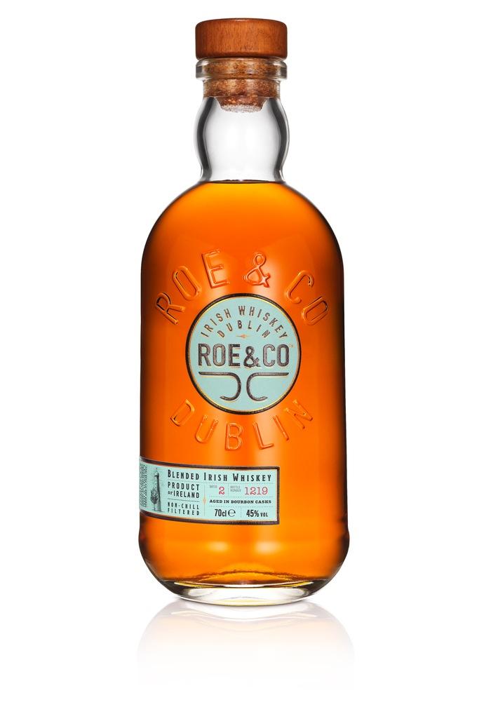 """Der weltweit größte Spirituosenhersteller Diageo knüpft mit Roe & Co an die Tradition irischer Whiskey-Marken an und bringt damit den Zeitgeist in die Flasche. Der Whiskey ist nicht kältegefiltert, hat mit 45% Vol. einen höheren Alkoholgehalt als üblich und eignet sich sowohl als Cocktail-Zutat als auch für den puren Genuss. Roe & Co wird voraussichtlich ab April in Deutschland und Österreich erhältlich sein. Weiterer Text über ots und www.presseportal.de/nr/101223 / Die Verwendung dieses Bildes ist für redaktionelle Zwecke honorarfrei. Veröffentlichung bitte unter Quellenangabe: """"obs/Diageo"""""""