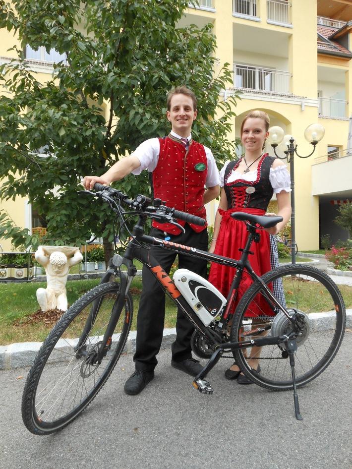 BILD zu TP/OTS - Gemütliche und sportliche E-Biketouren durch die farbenfrohe Welterbelandschaft der Wachau bietet die Familie Pfeffel vom Gartenhotel & Weingut Pfeffel in Dürnstein, Wachau, an: www.pfeffel.at