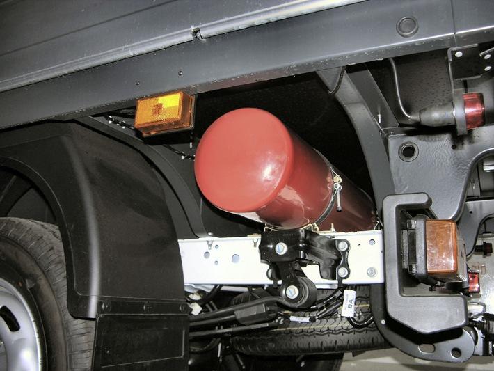 """Reichweitensteigerung fuer den Ford Transit CNG Pritschenwagen: Ab sofort betraegt das Fassungsvolumen der Erdgastanks - im Bild einer der Tanks ohne Abdeckung - 168 Liter (=30 kg) Erdgas. Hinzu kommt der sereinmaessige 80-Liter-Benzintank. Die Verwendung dieses Bildes ist für redaktionelle Zwecke honorarfrei. Abdruck bitte unter Quellenangabe: """"obs/Ford Werke GmbH"""""""