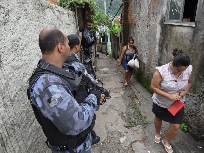 """Eine Welt ohne Regeln mitten im WM-Trubel? Die Reportage """"Die Welt der Favelas"""" am 11. Mai um 22:15 Uhr in """"Abenteuer Leben"""" bei kabel eins"""