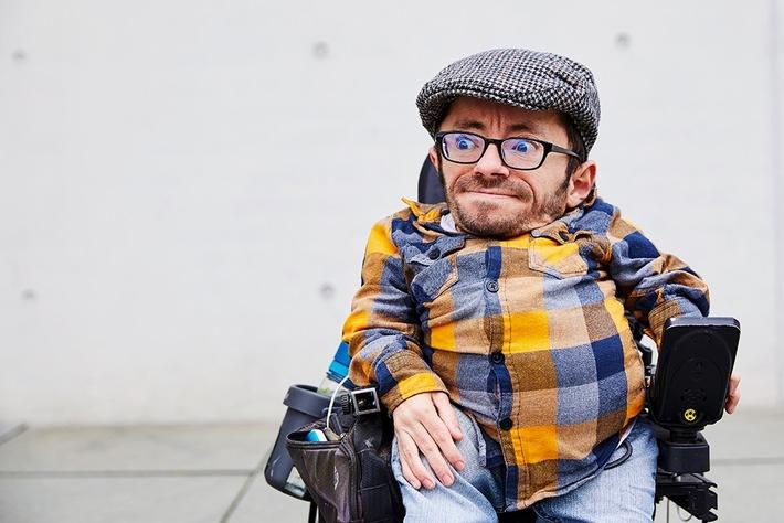 """""""Die Politik hat Menschen mit Behinderung vergessen"""" - Raul Krauthausen, Aktivist für Inklusion und Barrierefreiheit, im Experten-Podcast """"Klartext Corona"""" der Apotheken Umschau"""