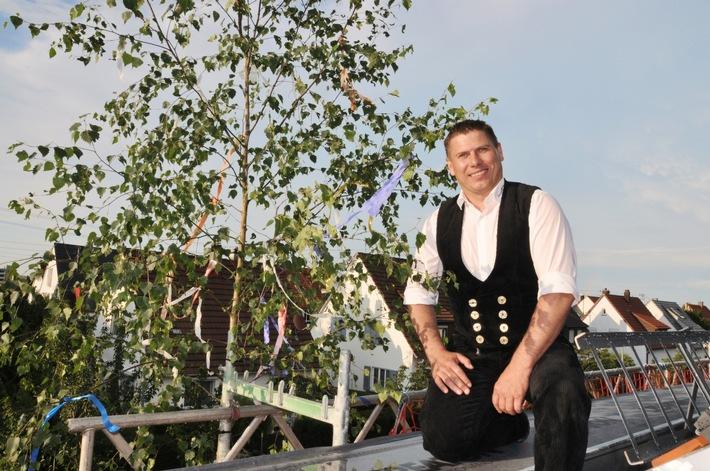 Zimmermann Markus Luithardt verkündet den traditionellen Richtspruch für das Neubauprojekt ?Ludwigsburg Das Barockoko? von Strenger Bauen und Wohnen.  Fotoverweis: STRENGER/Demetriou