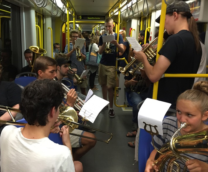 """""""Summer Nights"""" in der Stadtbahn-Linie 5"""