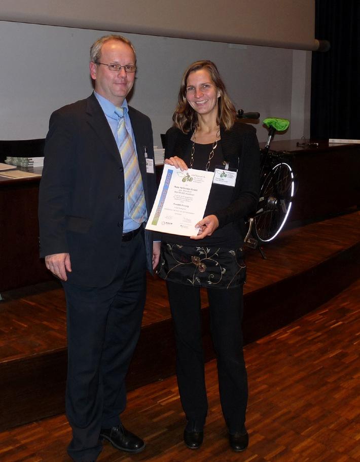 """Clarissa Bay Umweltbeauftragte der WALA Heilmittel GmbH nimmt die Auszeichnung des Wettbewerbs """"Die fahrradfreundlichsten Arbeitgeber"""" entgegen. Die Verwendung dieses Bildes ist für redaktionelle Zwecke honorarfrei. Veröffentlichung bitte unter Quellenangabe: """"obs/WALA Heilmittel GmbH"""""""