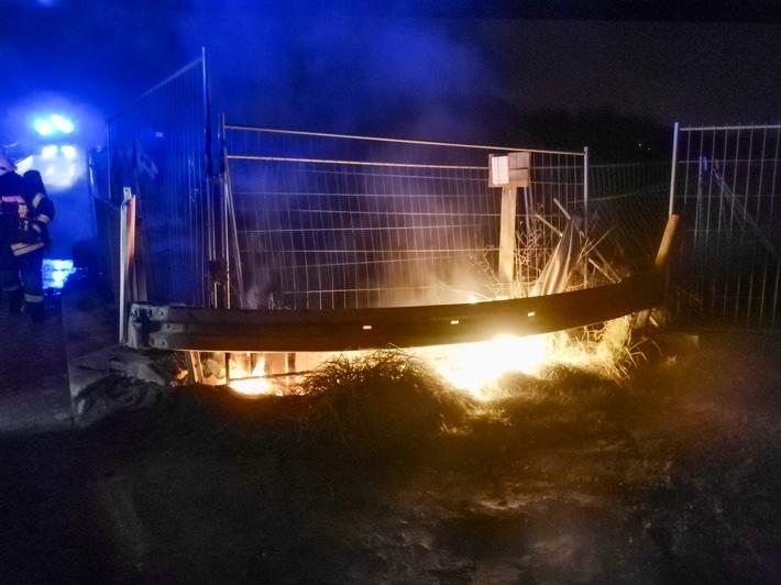 Eine brennende Baustellenplane an der Hülsbecker Straße (Foto: Feuerwehr Heiligenhaus)