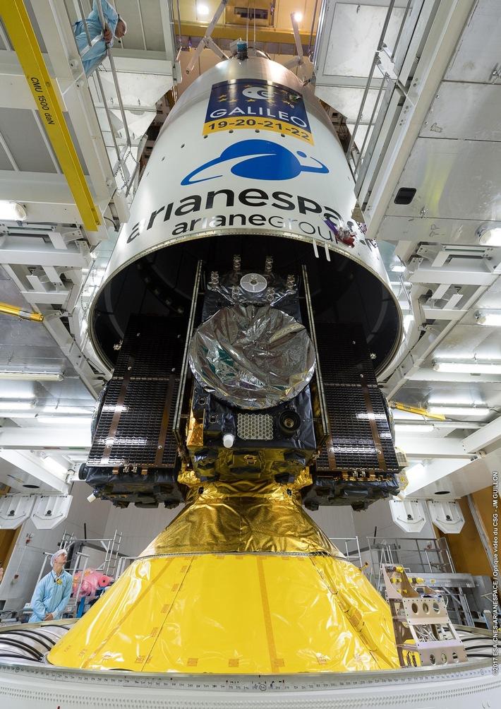"""""""Unter der Haube"""": Am Startplatz in Kourou wird das Satelliten-Quartett von OHB für die Reise in den Weltraum gerüstet. Der Start ist für 12.12.2017 geplant. (c) ESA/CNES/Arianespace"""