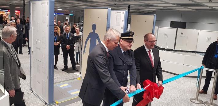 Die Bundespolizei am Flughafen Frankfurt am Main hat heute im Terminal 1 zwei neu konzipierte Luftsicherheitskontrollspuren eröffnet.