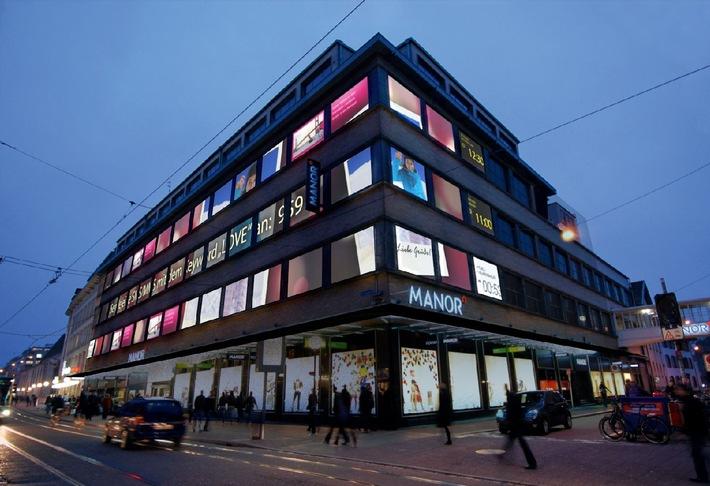 Basilea come Times Square - con una straordinaria installazione artistica e Pia MYrvoLD da Manor nella Greifengasse