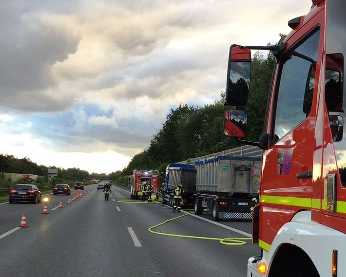 FW-GE: Brennender LKW auf Autobahn - Feuerwehr verhindert schlimmeres