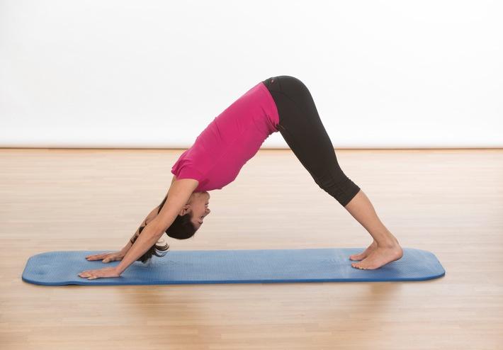 """Einfache Übungen, die effektiv die Rückenmuskulatur kräftigen und die Wirbelsäule stabilisieren, gibt es unter: www.agr-ev.de/uebungen. Weiterer Text über ots und www.presseportal.de/nr/104263 / Die Verwendung dieses Bildes ist für redaktionelle Zwecke honorarfrei. Veröffentlichung bitte unter Quellenangabe: """"obs/Aktion Gesunder Rücken e. V."""""""