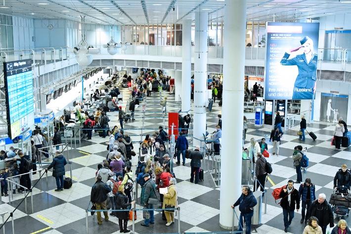 """Mit knapp 40 Millionen Reisenden nutzten im vergangenen Jahr so viele Passagiere wie noch nie den Münchner Flughafen: Das waren knapp drei Prozent bzw. eine Million Fluggäste mehr als im Vorjahr. Auch bei der Auslastung wurde ein neuer Rekordwert erzielt: Die Sitzplatzauslastung stieg auf knapp 76 Prozent - die bisher höchste Auslastung seit der Inbetriebnahme des Airports im Jahre 1992. Weiterer Text über ots und www.presseportal.de/pm/13569 / Die Verwendung dieses Bildes ist für redaktionelle Zwecke honorarfrei. Veröffentlichung bitte unter Quellenangabe: """"obs/Flughafen München GmbH/Alex Tino Friedel - ATF Pictures"""""""