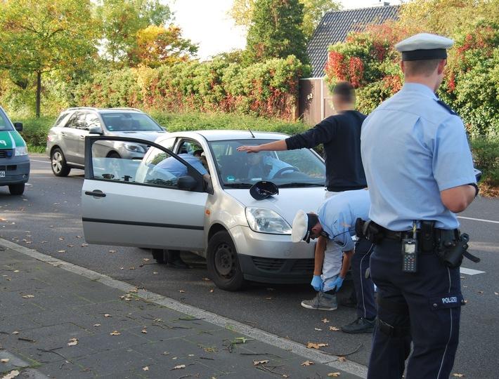 Das Bild zeigt eine Kontrollsituation im Straßenverkehr mit Verdacht auf Betäubungsmittelkonsum. (Symbolfoto: Polizei)
