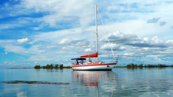 """Bootstouren in der Lagune von Grado sind bei Touristen und Einheimischen gleichermaßen beliebt. Weiterer Text über ots und www.presseportal.de/nr/6348 / Die Verwendung dieses Bildes ist für redaktionelle Zwecke honorarfrei. Veröffentlichung bitte unter Quellenangabe: """"obs/3sat/ZDF/ORF/IP Media"""""""