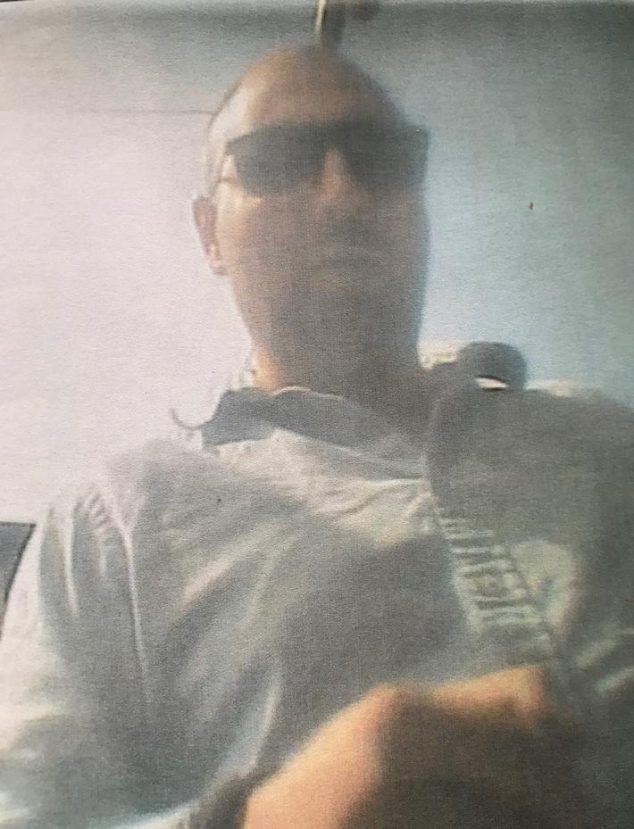POL-BO: Wer kennt diesen Mann? Senior (86) nach Geldabheben bestohlen!
