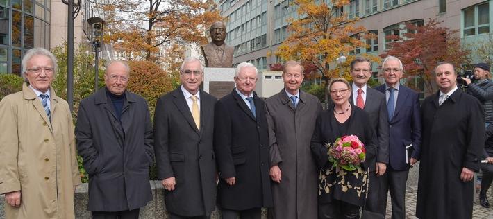 """Helmut Kohl an der Spree: Ernst Freiberger-Stiftung enthüllt Denkmal in Berlin / Theo Waigel: """"Der erfolgreichste Politiker Deutschlands des letzten Jahrhunderts"""" (FOTO)"""