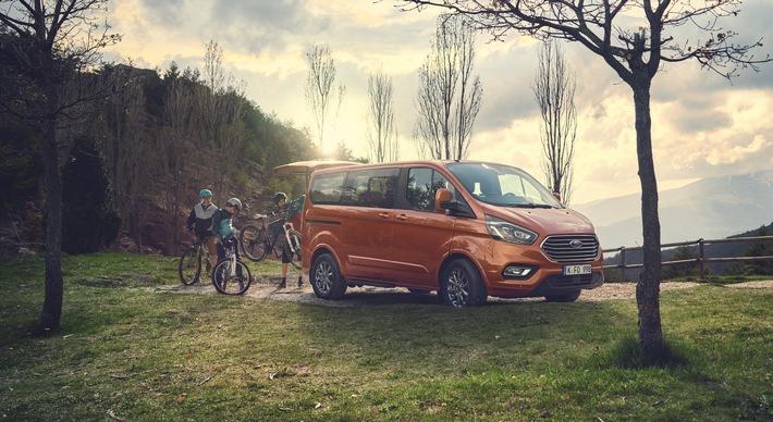 """Der Ford Tourneo Custom, eine komfortable Großraum-Limousine für bis zu neun Personen mitsamt ihrem Gepäck, ist ab sofort mit noch kraftvolleren und sparsameren Dieselmotoren erhältlich. Verkaufspreis: ab 34.805 Euro netto. Neue Top-Variante ist nun die 136 kW (185 PS) starke Version des 2,0-Liter-EcoBlue-Dieselmotors mit einem maximalen Drehmoment von 415 Nm - für mehr Durchzugskraft und verbesserte Fahrleistungen. Sie ersetzt die bisherige Top-Motorisierung mit 125 kW (170 PS). Außerdem ist der weiterentwickelte Ford Tourneo Custom das erste Fahrzeug in seinem Segment, das auf Wunsch mit innovativer 48 Volt-Mild-Hybrid-Technologie ausgeliefert wird. Die 48 Volt-Mild-Hybrid-Technologie, sie steht für alle Versionen mit Schaltgetriebe optional zur Verfügung, wirkt sich positiv auf den Kraftstoffverbrauch insbesondere im Stadtverkehr aus. Weiterer Text über ots und www.presseportal.de/nr/6955 / Die Verwendung dieses Bildes ist für redaktionelle Zwecke honorarfrei. Veröffentlichung bitte unter Quellenangabe: """"obs/Ford-Werke GmbH"""""""
