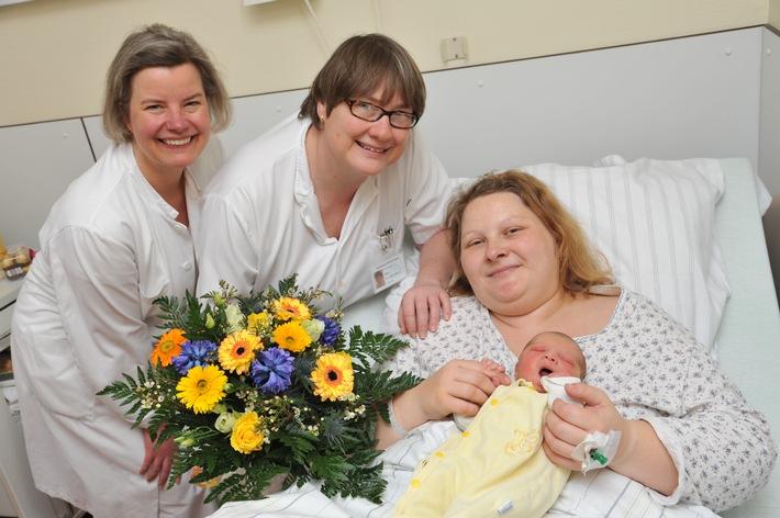 Das tausendste Asklepios-Baby wurde in der Asklepios Klinik Nord - Heidberg geboren / Leonie-Sophie ist eine muntere Erstgeborene