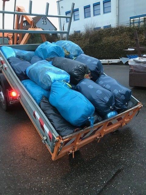 22 Säcke mit Isolierungsmaterial entsorgte ein Unbekannter in einem Altpapiercontainer in Offenau