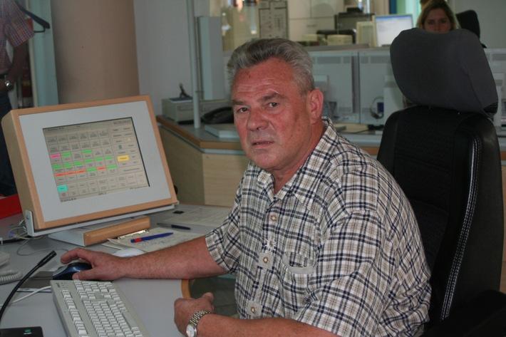 """POL-SHDD: Darmstadt: """"Ein hundertprozentiger Jupp""""/Urgestein der Polizei-Leitstelle, Polizeioberkommissar Josef Libal, nach 43 Dienstjahren in den Ruhestand verabschiedet"""