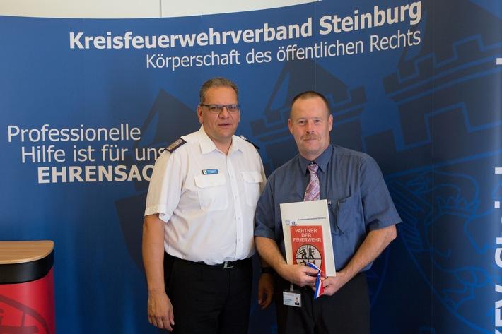Kreiswehrführer Frank Raether (KFV Steinburg, li.) und der stellv. Geschäftsführer der RKiSH Jan Osnabrügge