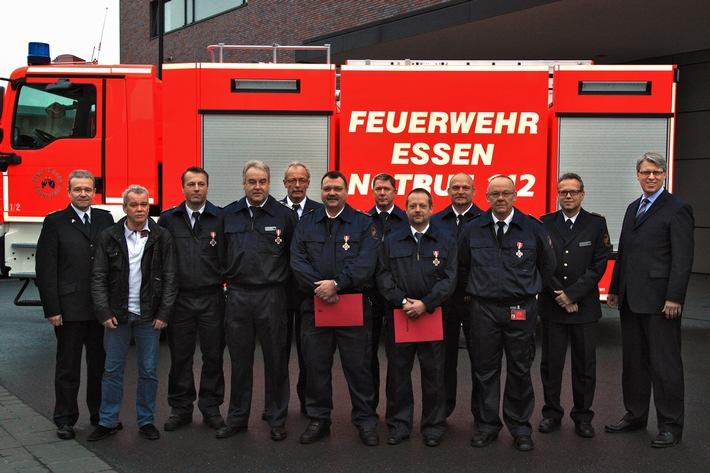 FW-E: Verleihung von Feuerwehr-Ehrenzeichen, Essens Feuerwehr-Dezernent Christian Kromberg zeichnet Feuerwehrleute aus