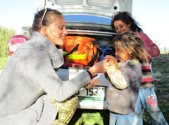 """""""Die strahlenden Gesichter der Kinder werde ich nie vergessen"""", sagt Natascha Köhler. Mit ihren ätherischen Ölen sorgt sie in Flüchtlingscamps in der Türkei für Aufmunterung und Erleichterung in seelisch schwierigen Situationen. Weiterer Text über ots und www.presseportal.de/nr/116667 / Die Verwendung dieses Bildes ist für redaktionelle Zwecke honorarfrei. Veröffentlichung bitte unter Quellenangabe: """"obs/PRIMAVERA LIFE/Natascha Köhler"""""""
