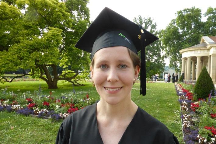 Das Diplom mit Bravour gemeistert: Anna Schlatter bei der Absolventenfeier der AKAD University. Bild: AKAD