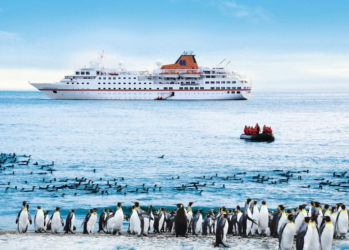 """Pinguine beobachten: die MS Hanseatic in der Antarktis. Weiterer Text über ots und www.presseportal.de/nr/102745 / Die Verwendung dieses Bildes ist für redaktionelle Zwecke honorarfrei. Veröffentlichung bitte unter Quellenangabe: """"obs/Nees Reisen GmbH/HLKF"""""""