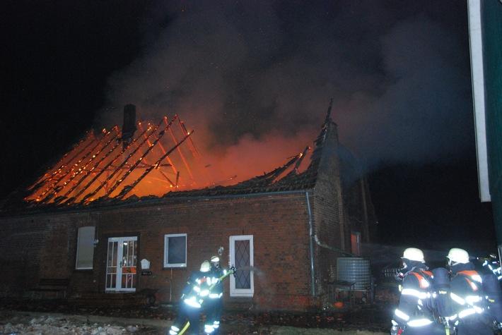 POL-STD: Derzeit unbewohntes Haus brennt in Stade bis auf die Grundmauern nieder - keine Personen verletzt - 200.000 Euro Sachschaden